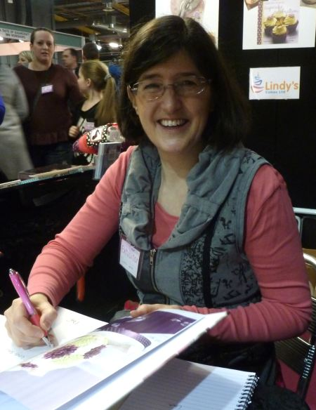 Lindy Smith signing copies of her contemporary cake decorating bible book
