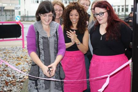 Popular sugarcraft author Lindy Smith cuts ribbon for German cake decorating business